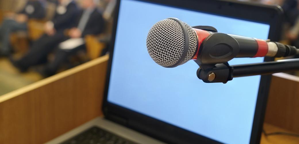 Микрофон и ноутбук на трибуне. Micropho